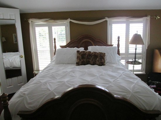 Wine Country Farm: The bad thing about this bed...I had to force myself to leave it to go wine tasting.  SO plush!