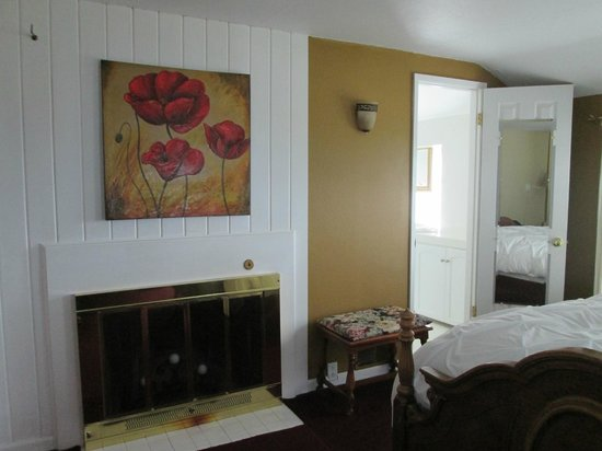 Wine Country Farm: Fireplace with candes to sleep by; entrance to a gorgeous, sunlit bathroom.