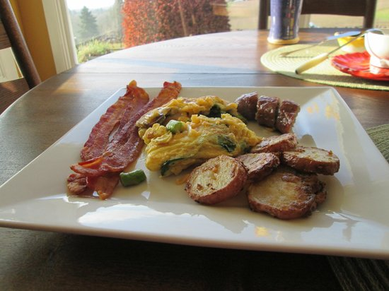 Wine Country Farm : Grace's homemade breakfast - fresh veggie omelet, bacon, potatoes, a basket of bread and butter,