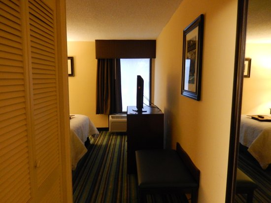Hampton Inn Raleigh/Cary: View of room from door