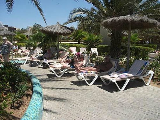 Clubhotel Riu Karamboa : Limited shade by the pool