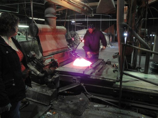 Kokomo Opalescent Glass : mixing the melted glass into batches