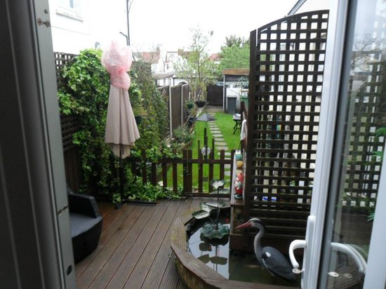 The Bay Guest House: Private decking area with access to garden and car park