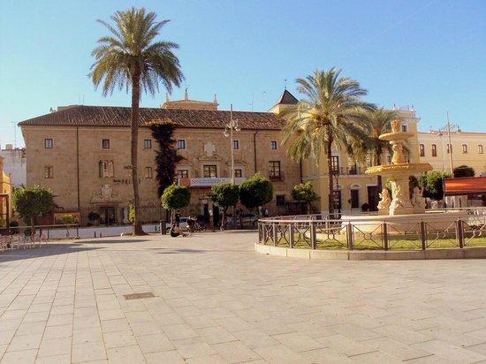 ILUNION Mérida Palace: La Plaza de España y al fondo el hotel.
