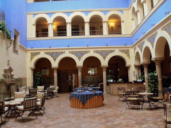 ILUNION Mérida Palace: Patio interior del hotel.