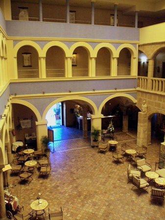 ILUNION Merida Palace : Patio interior y la recepción (en el arco de la derecha en la planta baja).