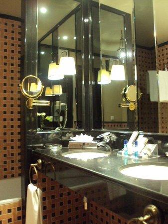 ILUNION Merida Palace : Baño de habitación doble estándar.