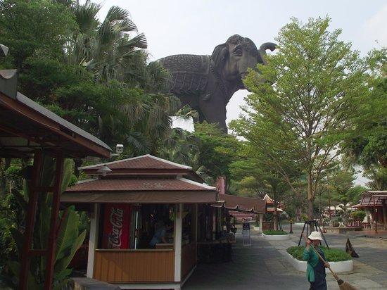 Erawan Museum: Thee headed elephant