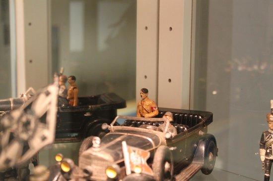 Nürnberger Spielzeugmuseum: Tiny tin Hitler