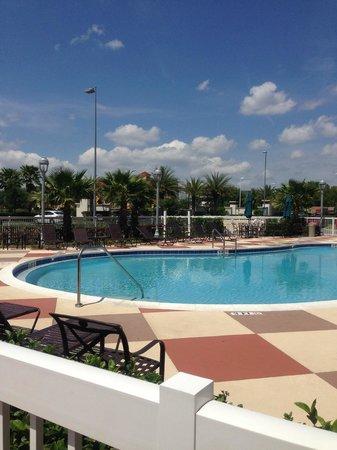 Hampton Inn & Suites Orlando Airport @ Gateway Village : Pool area