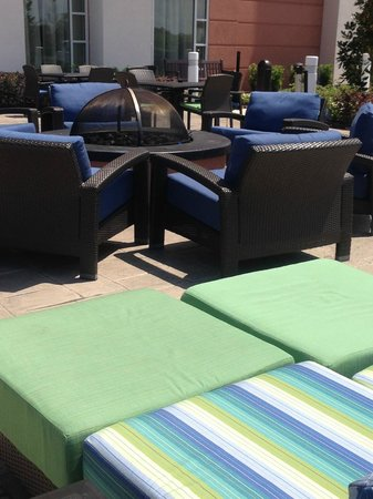 Hampton Inn & Suites Orlando Airport @ Gateway Village : Outdoor seating and fire pit