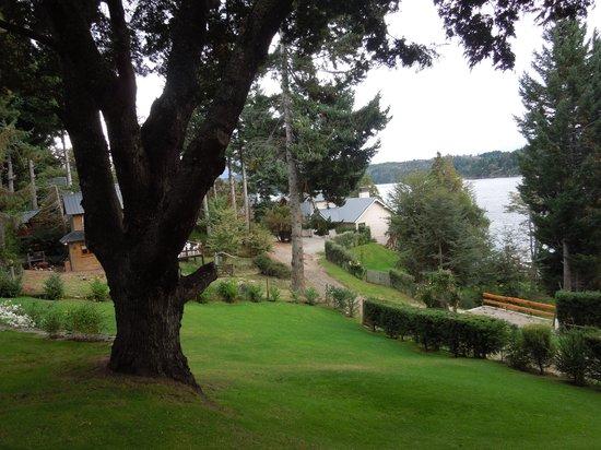 Apart Hotel Cabanas Lago Moreno: Bajada del jardin, a la calle y luego el lago
