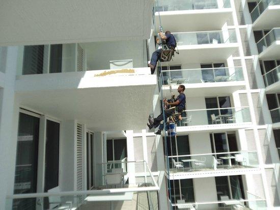 Grand Beach Hotel Surfside : obreros trabajando en el balcón