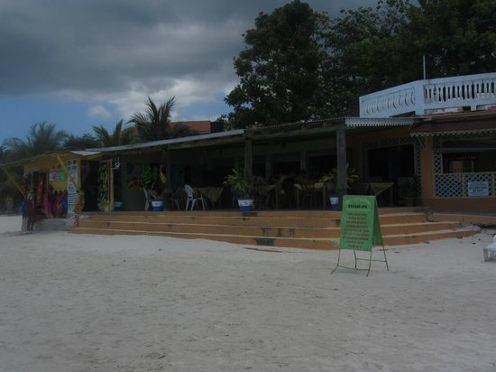 Foote Prints on the Sands Hotel : DINING AREA AND BAR ON BEACH