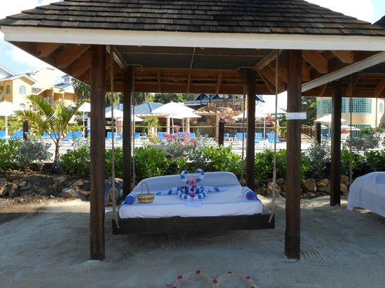 Jewel Paradise Cove Resort & Spa Runaway Bay, Curio Collection by Hilton: Loved the swinging palapa bed!!