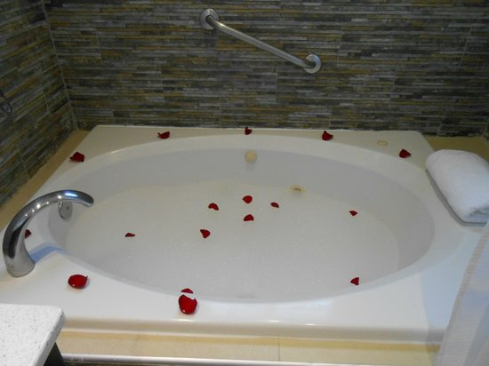 Jewel Paradise Cove Resort & Spa Runaway Bay, Curio Collection by Hilton: Bubble bath with petals, candles and champagne!!