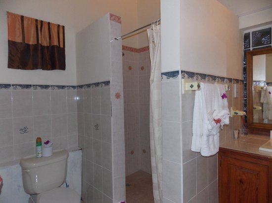 La Haut Resort: Elegant Bathroom