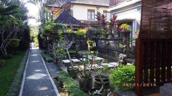 Villa Agung Khalia: Villa entryway