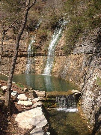 Dogwood Canyon Nature Park: Waterfall