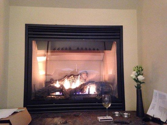 Farmhouse Inn & Restaurant: Bedroom fireplace