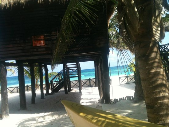 Azucar Hotel: Shaded area to beach