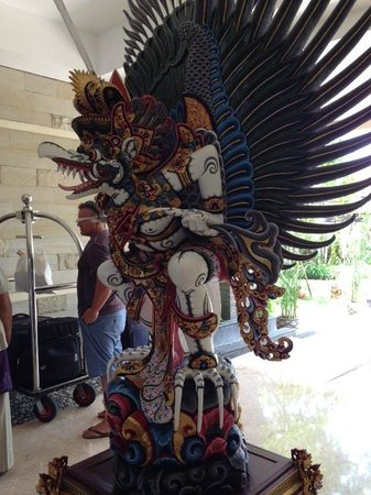 The Seminyak Beach Resort & Spa : Entrance Statue