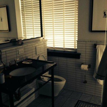 Refinery Hotel: bathroom