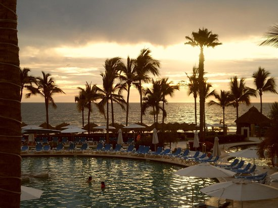 Hard Rock Hotel Vallarta : Sunset over the pool and the ocean