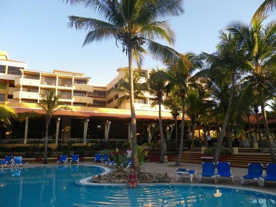 Sol Sirenas Coral Resort: Zona de piscina