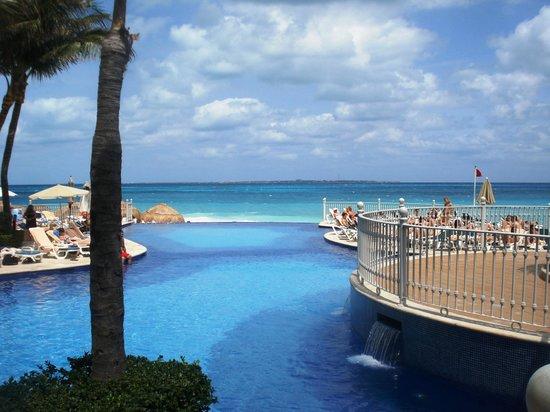 Hotel Riu Cancun: Piscina com borda infinita e o oceano infinito