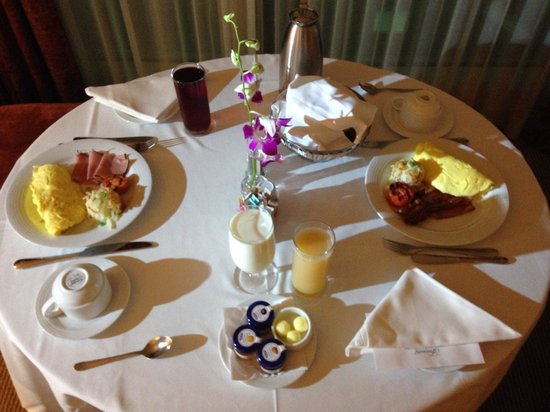 Fairmont Vancouver Airport: Breakfast is served