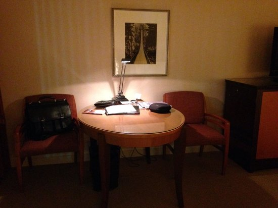 Fairmont Vancouver Airport: Sitting table