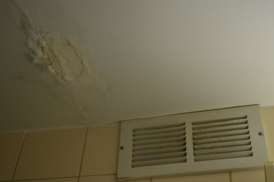 Howard Johnson Valdosta: Ceiling in Bathroom - come on already!  Easy Fix....
