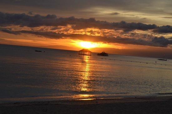 Coco Grove Beach Resort : coucher de soleil sur la plage