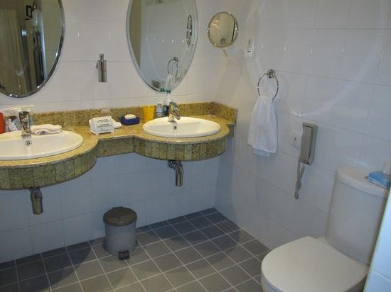 Fairview Hotel: Double sinks always a plus