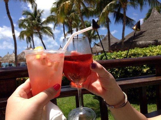 Hyatt Regency Aruba Resort and Casino: Drinks at the palm bar!