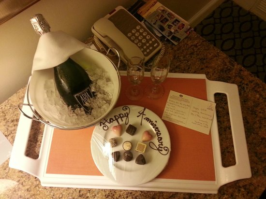 The Vinoy Renaissance St. Petersburg Resort & Golf Club : Champagne and chocolates sent for our anniversary