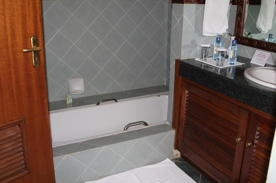Sarova Lion Hill Game Lodge: Separate tub and shower