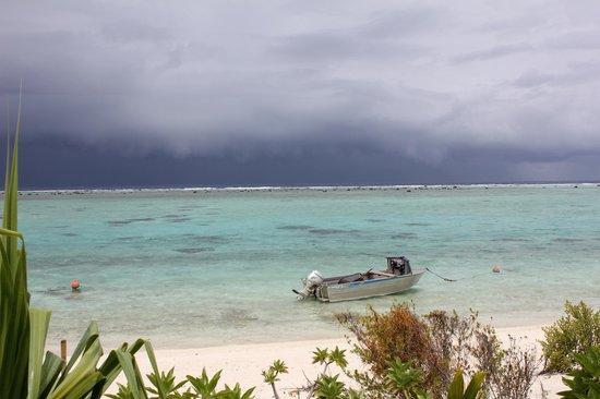 Aitutaki Lagoon: Deserted Beach.