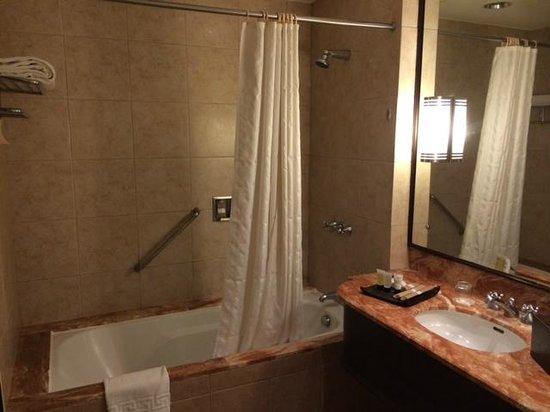 Taal Vista Hotel: bath tub