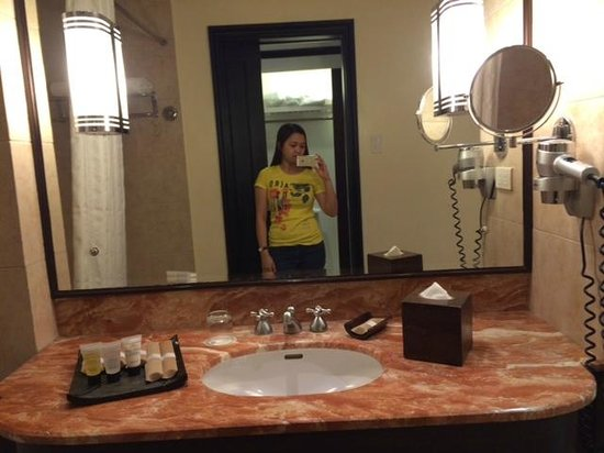 Taal Vista Hotel: bathroom