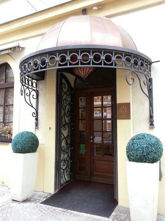 Louren Hotel: entrance to hotel louren