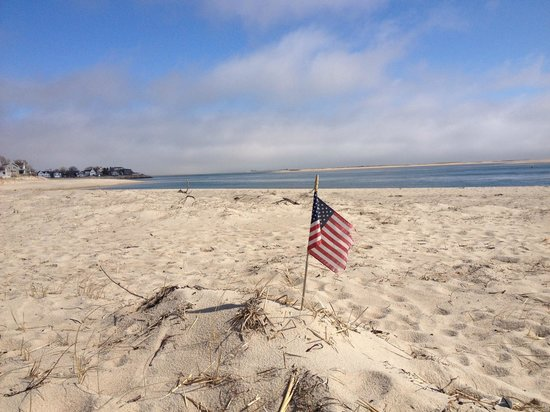 Chatham Lighthouse Beach : New England patriotism even on the beach