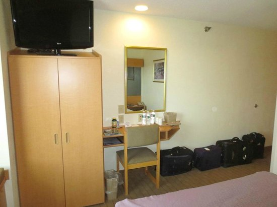 Microtel Inn & Suites by Wyndham Plattsburgh: Small room