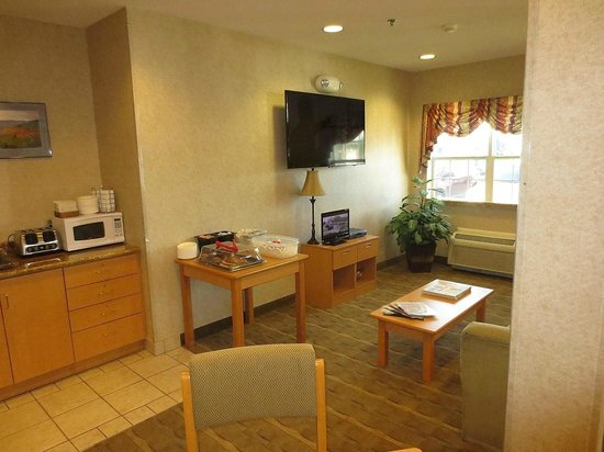Microtel Inn & Suites by Wyndham Plattsburgh : Front lobby lounge area