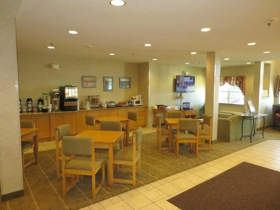 Microtel Inn & Suites by Wyndham Plattsburgh : Overall view of breakfast area
