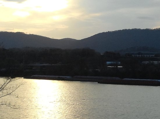 SpringHill Suites Chattanooga Downtown/Cameron Harbor : Sunset view from room 32*