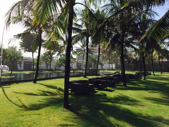 The Samaya Bali Seminyak : Lounge by the pool