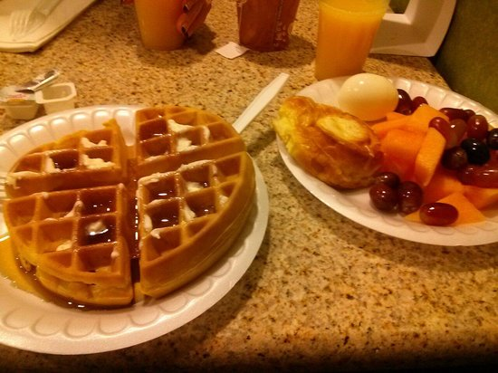 Clarion Inn & Suites Atlantic City North: Yummy fresh fruit and hot waffles