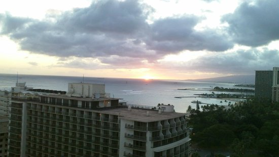 Embassy Suites by Hilton Waikiki Beach Walk: April 2nd 2014 Sunset from 21st floor Hula Bldg.